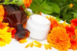 Ringelblumensalbe wird häufig zur Behandlung leichter Narben eingesetzt. Dafür werden die Narben am Abend mit der Salbe eingerieben. gefunden auf: https://www.was-sind-windpocken.de/was-hilft-gegen-windpocken-narben.html